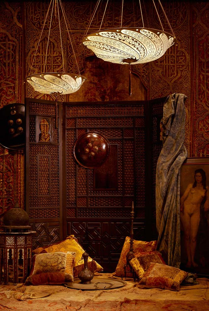 Room with Fortuny Scudo Saraceno Serpentine silk ivory lamps