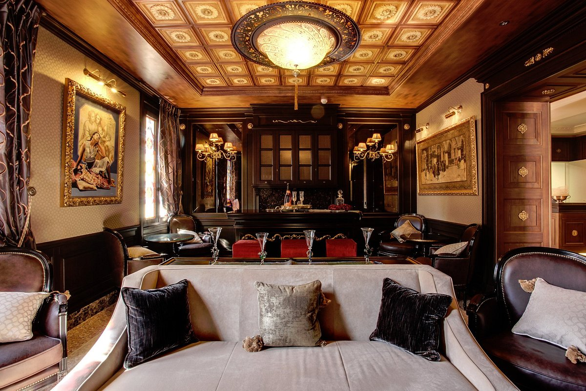 Moresco Palace Hotel in Venice with glass Fortuny lamps